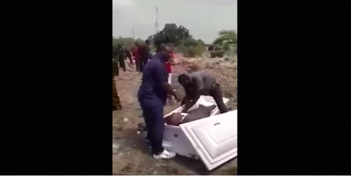 VIDEO: Les arrebatan cadáver por deuda de 180 pesos