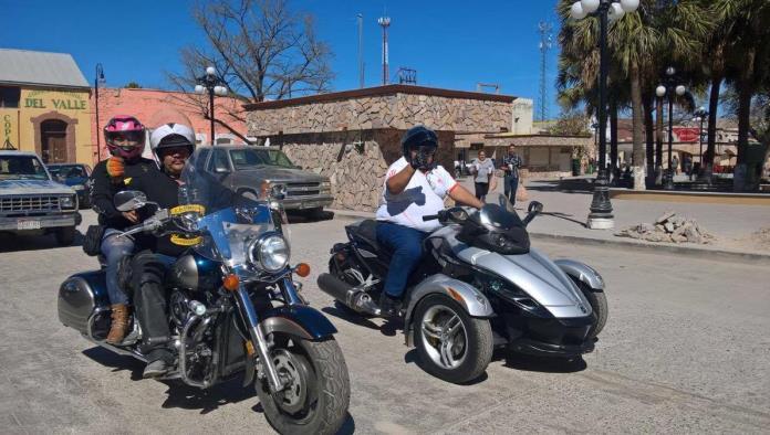 Arriban a Múzquiz motociclistas