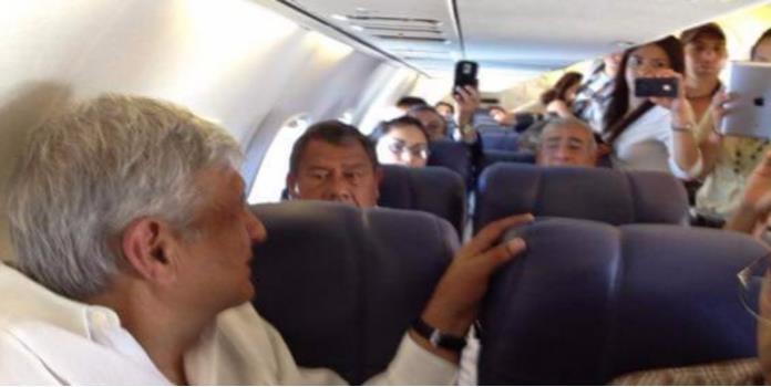 Pasajeros descubren a AMLO en avión y quieren foto