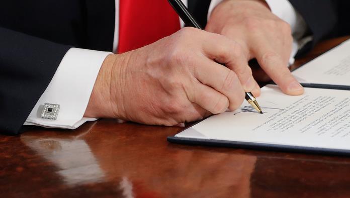 Pide Trump 350 plumas de oro para firmar sus órdenes ejecutivas