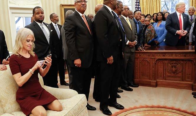 Fotografía de asesora de Trump en la Oficina Oval causa indignación