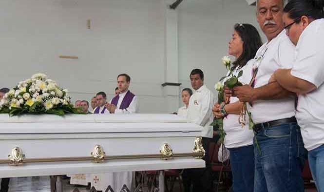 Con misa de cuerpo presente, elevan oraciones por la maestra Cecy