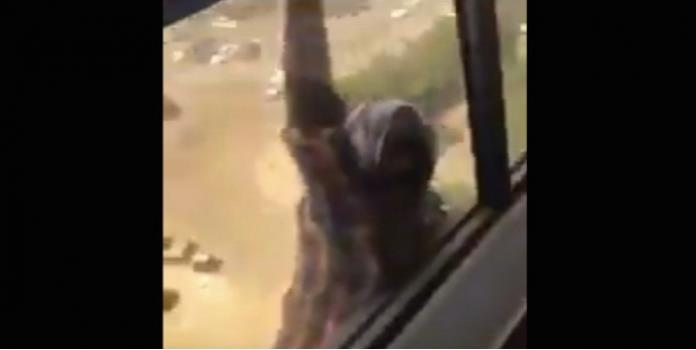 Cae desde un piso 7 mientras su jefa filma sin ayudar (VIDEO)