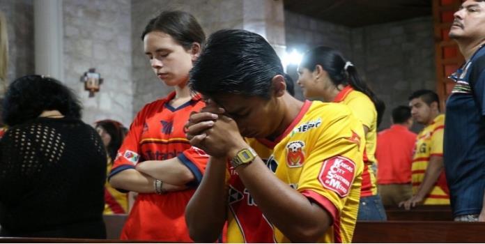 VIDEO: Aficionados de Morelia rezan por salvación del equipo