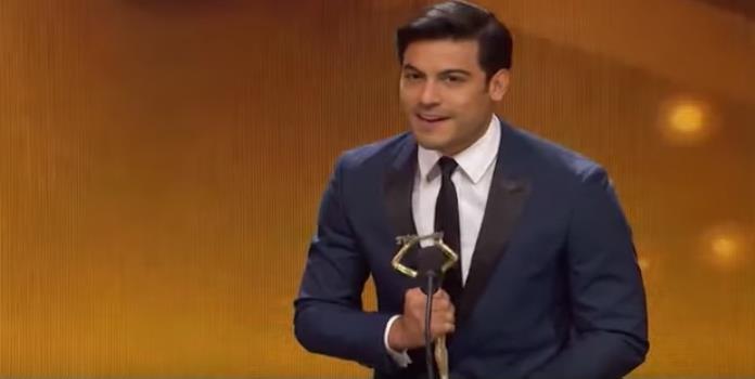 Carlos Rivera ganó premio y olvidó mencionar a su novia en su discurso