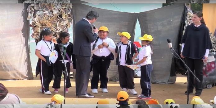 VIDEO: Niña de primaria exhibe y corrige error de Nuño