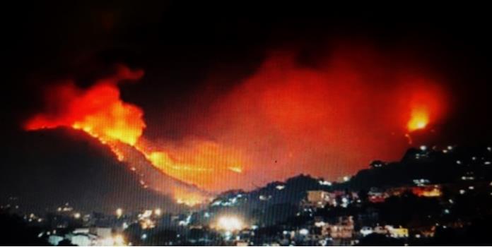 Incendio forestal se propaga por Acapulco