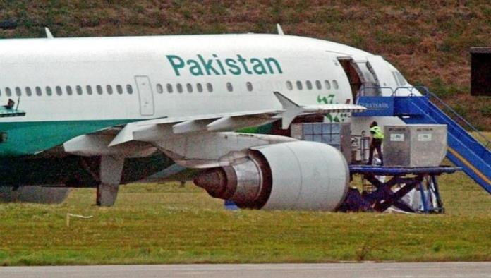 Vuela avión con pasajeros de pie