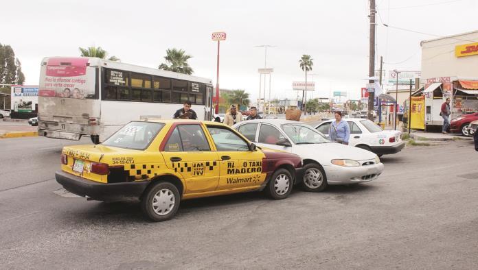 Imprudente conductora se le atraviesa a taxista