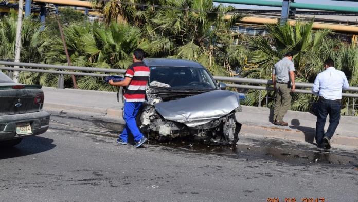 Pierde el control de su auto y se impacta contra muro