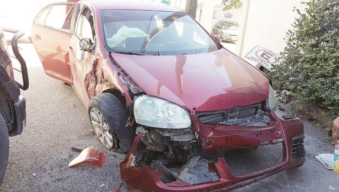 Destroza su auto en choque