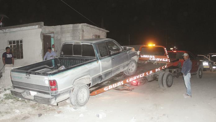 Derriba casa  con su camioneta