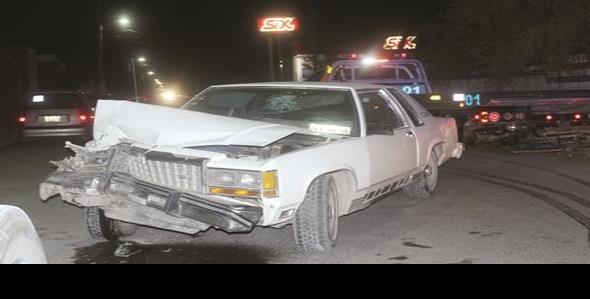 Queda auto destrozado; choca contra un tráiler