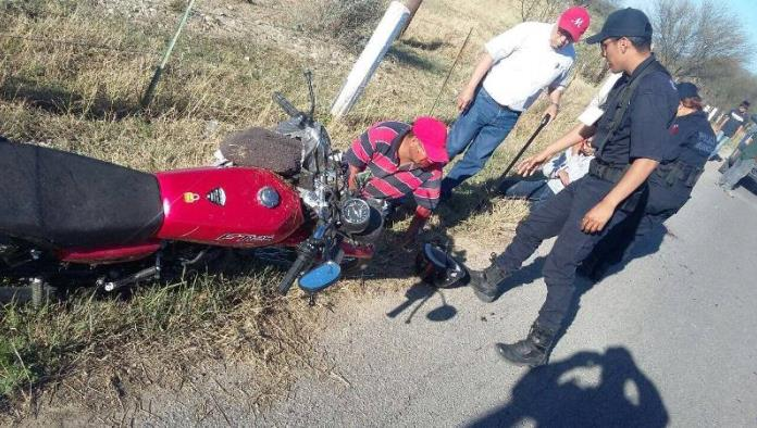 Se caen jóvenes de motocicleta