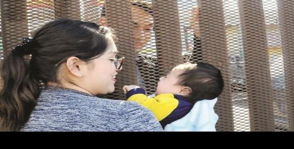 Conoce a su hijo a través de muro