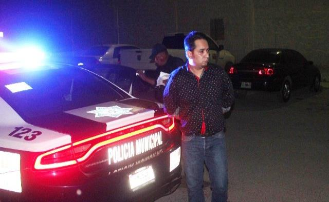 Bebía en auto y termina arrestado