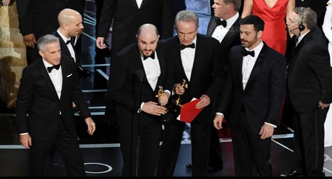 HOLLYWOOD, CA - FEBRUARY 26: La La Land producer Jordan Horowitz (L) announces the actual Best Picture winner as Moonlight after a presentation error with actor Warren Beatty (R) onstage during the 89th Annual Academy Awards at Hollywood & Highland Center on February 26, 2017 in Hollywood, California.   Kevin Winter/Getty Images/AFP