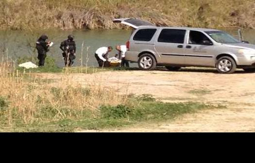 Flota el cuerpo de mujer en el río