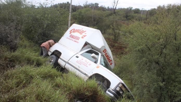 Cae de barranco camión panadero