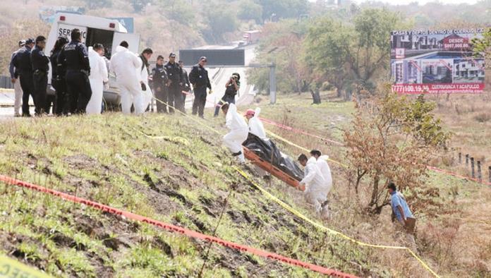 Cadáver enterrado a orilla de la autopista del Sol