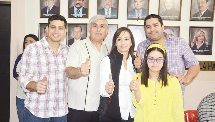 Lupita y Josefina acuden a votar
