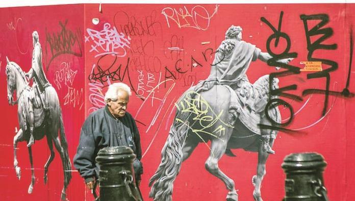 CIUDAD DE MÉXICO, 17ENERO2017.- Un hombre de la tercera edad camina por los muros grafiteados que delimitan las obras de restauración de la escultura ecuestre de Carlos IV El Caballito.  FOTO: DIEGO SIMÓN SÁNCHEZ /CUARTOSCURO.COM