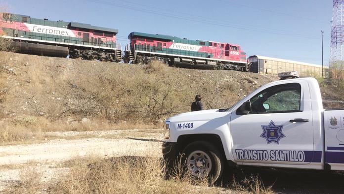 Hombre cae de tren y casi pierde la pierna