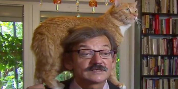 Jerzy Targalski y su gato. Foto propiedad de: @rudybouma / Twitter