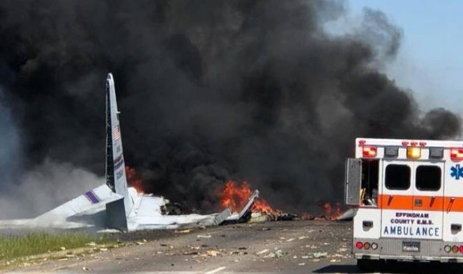 Choca avión de carga en carretera de EU; al menos 2 muertos