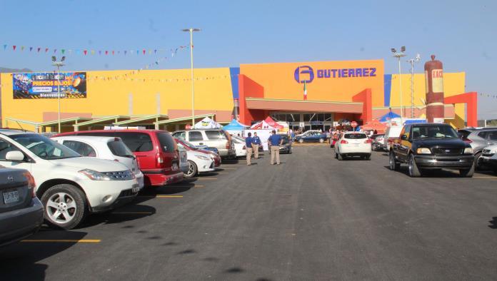 Cientos de clientes acudieron al corte de listón que dio por inaugurado la sucursal número 18 en el estado de Coahuila y la tercera en Monclova de la cadena Comercial Gutiérrez.