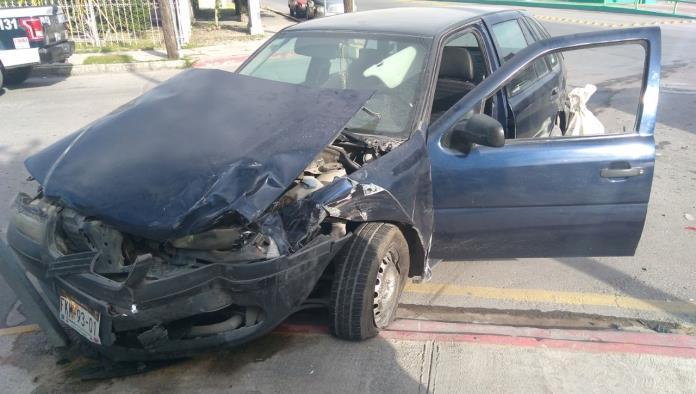 La camioneta quedó volcada tras el accidente.