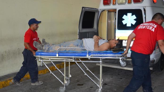 El trabajador fue llevado por socorristas de Bomberos a la clínica siete del Seguro Social.