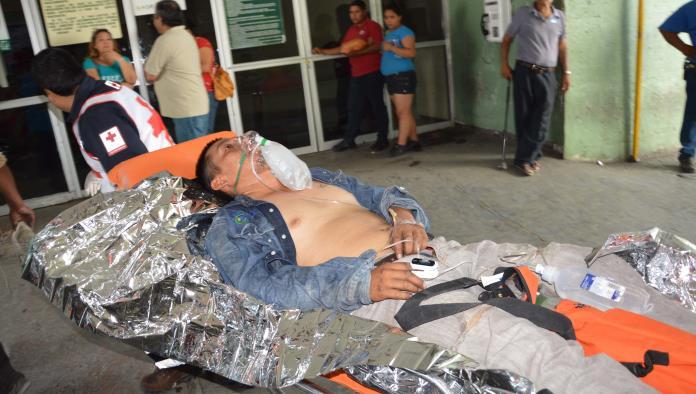 Socorristas de Cruz Roja trasladaron al trabajador a la Clínica 7 del IMSS.