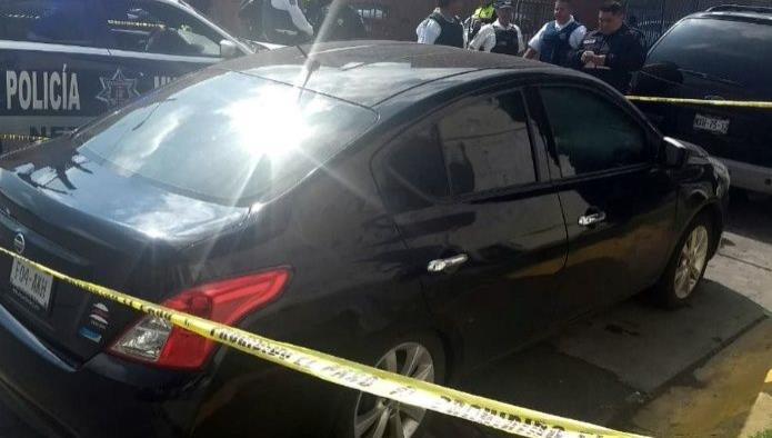 El vehículo donde fueron encontrados los seis cuerpos con disparos de arma de fuego. Foto: Agencia Reforma.