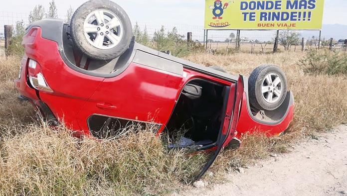 La camioneta que manejaba Armando Castro Castro quedó volcada a orillas de la carretera federal número 30.