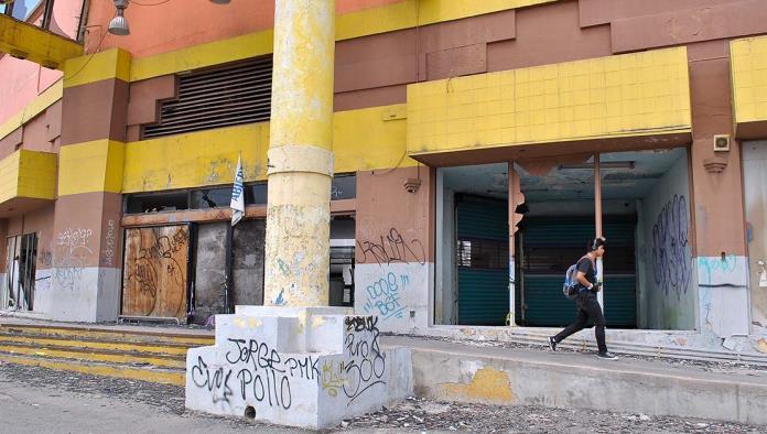 Ocupan Antiguo Centro Comercial como Hotel de Paso.