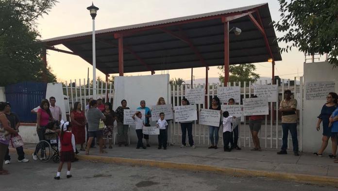 Se manifiestan Padres de Familia en Escuela Primaria Niños Héroes de Chapultepec.