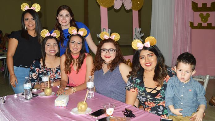 Valentina festeja con Minnie Mouse