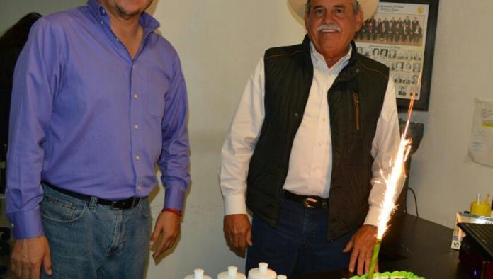 El regidor Jaime Quirino entregó reconocimiento y junto a sus compañeros y el alcalde celebraron los primeros 100 días de trabajo.