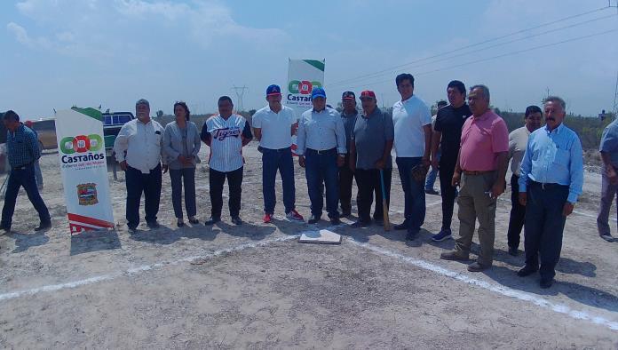 Las autoridades dieron el arranque formal de los trabajos para el parque de beisbol en la colonia Santa Cecilia.