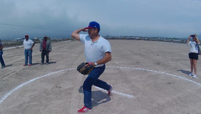 """Jesús """"Chito"""" Ríos"""" se encargó de lanzar la primera bola."""