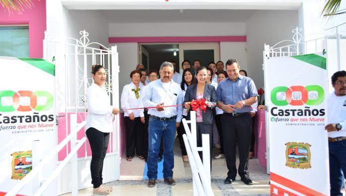 La presidenta honoraria del DIF, María del Carmen Moreno y su esposo el alcalde Enrique Soto cortaron el listón inaugural.