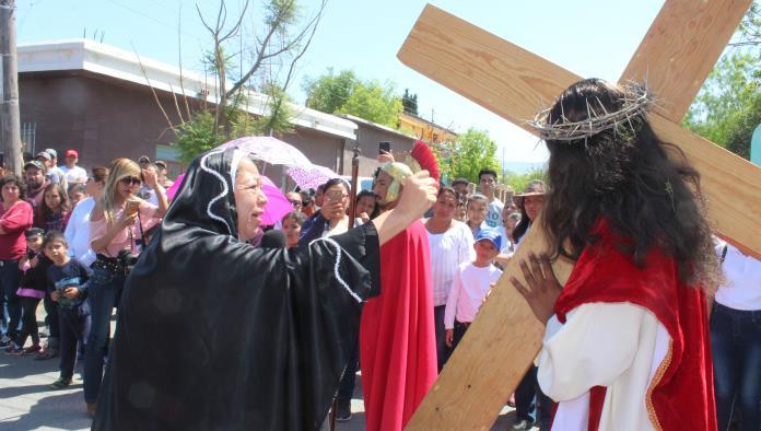 Gran viacrucis lleno de fieles