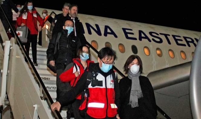 Expertos chinos llegan a Italia con toneladas de ayuda