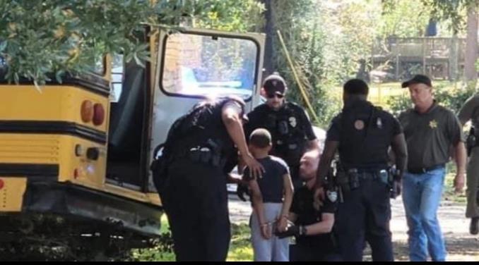 Arrestan a niño por robar autobús escolar y causar persecución