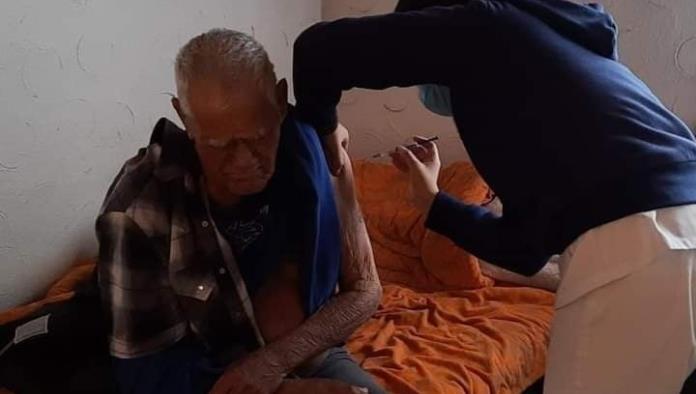 Vacunan  a abuelos