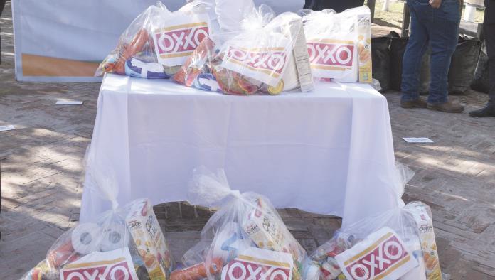 Dona OXXO  árboles y  despensas
