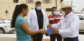 Distribuyen cubrebocas