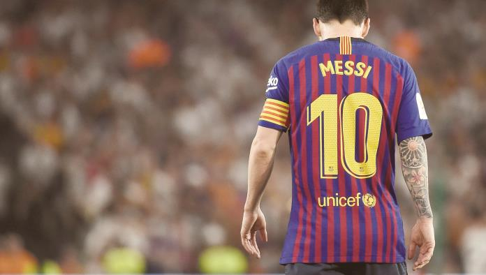 TOPSHOT - Barcelonas Argentinian forward Lionel Messi looks downards during the 2019 Spanish Copa del Rey (Kings Cup) final football match between Barcelona and Valencia on May 25, 2019 at the Benito Villamarin stadium in Sevilla. (Photo by JOSE JORDAN / AFP)