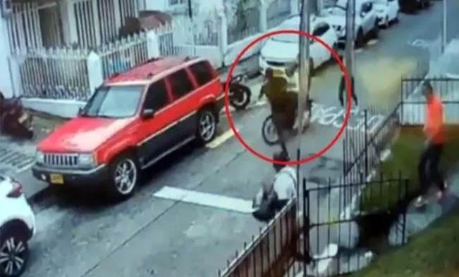 """""""Patada voladora"""" frustra el asalto de 2 ladrones motorizados"""
